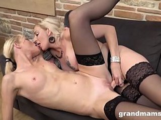 Lesbian Play Inbetween 2 Hot Grannies